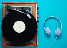 Retro vinylplatenspeler, hoofdtelefoons stock fotografie
