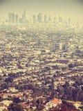 Retro vista aerea stilizzata di smog visto attraverso Los Angeles, U.S.A. immagine stock