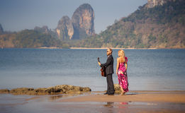 retro-vista bionda e chitarrista della ragazza sulla spiaggia Fotografia Stock