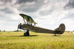 Retro vliegtuig treft op te stijgen voorbereidingen Stock Fotografie