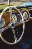 Retro volante classico dell'automobile di Morgan e bordo di legno Immagine Stock