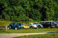 Retro Volkswagon-Bussen van Autokerkhofauto's royalty-vrije stock foto