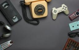 Retro voorwerpen op grijze achtergrond stock foto's