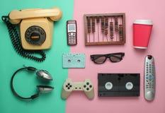 Retro voorwerpen op pastelkleurachtergrond stock afbeelding