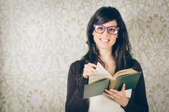 Retro vrouw die oud boek lezen stock afbeeldingen