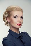 Retro vrouw in grijze kleding royalty-vrije stock foto