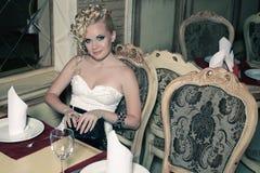 Retro Vrouw in Klassiek Binnenland royalty-vrije stock afbeeldingen