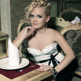 Retro Vrouw in Klassiek Binnenland Stock Afbeelding