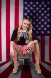 Retro vrouw op Amerikaanse vlag en holdingscassette stock afbeelding