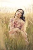 Retro vrouw op gebied Stock Fotografie