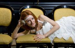 Retro vrouw op stoelen Stock Fotografie