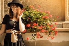 Retro vrouw van de stijlmanier in oude stad Royalty-vrije Stock Foto
