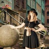 Retro vrouw van de stijlmanier in oude stad Royalty-vrije Stock Afbeelding