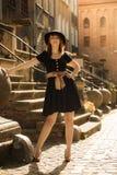 Retro vrouw van de stijlmanier in oude stad royalty-vrije stock fotografie