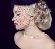 Retro vrouwenportret. Juwelen en Schoonheid. royalty-vrije stock afbeeldingen