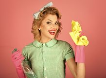 Retro vrouwenreinigingsmachine op roze sbackground royalty-vrije stock afbeeldingen