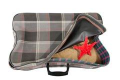Retro walizka z akcesoriami na plaży Zdjęcie Royalty Free