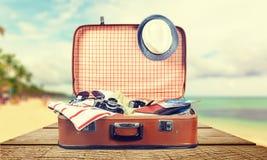 Retro walizka z podróżą protestuje na świetle Obraz Royalty Free