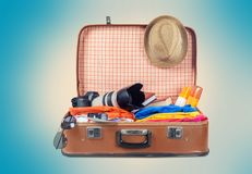 Retro walizka z podróżą protestuje na świetle Zdjęcie Stock