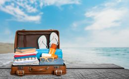 Retro walizka z podróżą protestuje na drewnianej desce Zdjęcia Royalty Free