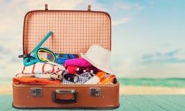 Retro walizka z podróżą protestuje na drewnianej desce Zdjęcia Stock