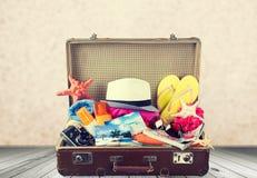 Retro walizka z podróżą protestuje na drewnianej desce Fotografia Stock