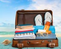 Retro walizka z podróżą protestuje na drewnianej desce Obrazy Royalty Free