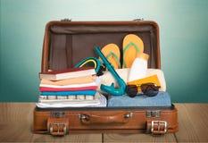 Retro walizka z podróżą protestuje na drewnianej desce Fotografia Royalty Free