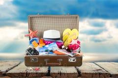 Retro walizka z podróżą protestuje na plaży Obrazy Royalty Free