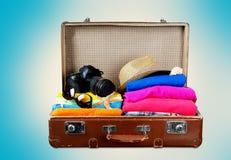 Retro walizka z podróżą protestuje na plaży Zdjęcia Stock