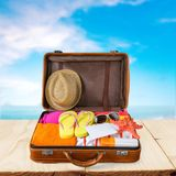 Retro walizka z podróżą protestuje na plaży Zdjęcie Stock