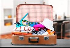 Retro walizka z podróżą protestuje na tle Obrazy Stock