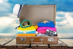 Retro walizka z podróżą protestuje na tle Fotografia Royalty Free