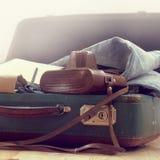 Retro walizka z rzeczami dla podróży Obrazy Royalty Free