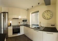 Retro- Wanduhr in der Küche Lizenzfreie Stockfotos