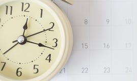 Retro- Warnungshahn und Kalender, Zeitkonzept lizenzfreie stockbilder