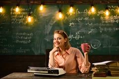Retro- Warteneue Technologie der Schreibmaschine und der Schule Retro- Frau in Arbeitsbüro mit Kaffee Stockfoto