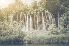 Retro- Wasserfall mit Sonnenlicht lizenzfreies stockfoto