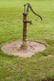 Retro waterpomp op gras royalty-vrije stock fotografie