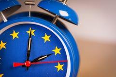 Retro- Wecker mit den Farben der EU-Flagge eine Stunde lang lizenzfreie stockbilder