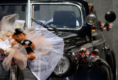 Retro wedding car with two toys Royalty Free Stock Photos