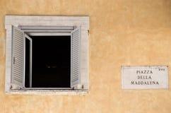 Retro- weißes offenes Fenster in der Stadt Lizenzfreie Stockfotografie