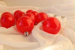 Retro- Weihnachtshintergrund mit den roten Bällen Rotes und weißes Retro- auf einem Gewebehintergrund Stockbild