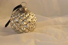Retro- Weihnachtsschwarzweiss-hintergrund mit dem Ball Schwarzweiss-Retro- auf einem Gewebehintergrund Lizenzfreie Stockfotografie