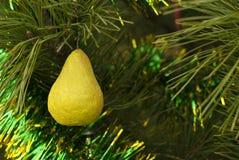 Retro- Weihnachtsverzierung - gelbe Birne von papier-mâché lizenzfreies stockfoto