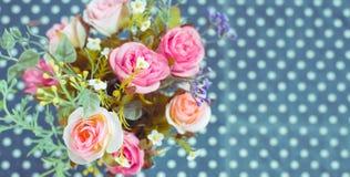 Retro- - Weinlese-Blumenstrauß von bunten Blumen Stockfoto