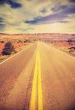 Retro- Weinlese filterte Bild einer Landlandstraße Lizenzfreies Stockfoto