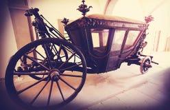 Retro- Weinlese filterte Bild eines alten hölzernen Wagens stockfotos