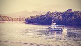 Retro- Weinlese filterte Bild eines Bootes auf dem Krabi-Fluss Lizenzfreie Stockfotografie
