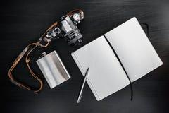Retro- Weinlese Kamera mit Notizbuch auf dunklem Hintergrund Stockbild